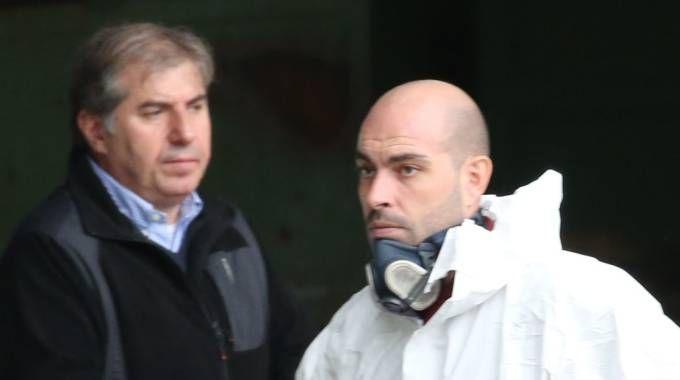 Adelio Bozzoli assiste  ai rilievi nella fabbrica dopo la scomparsa del fratello Mario