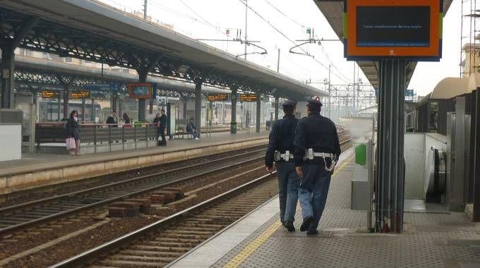 Agenti della Polfer in stazione a Saronno (Archivio)