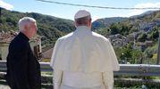 Papa Francesco in visita al paese di Pescara del Tronto devastato dal terremoto (foto LaPresse)