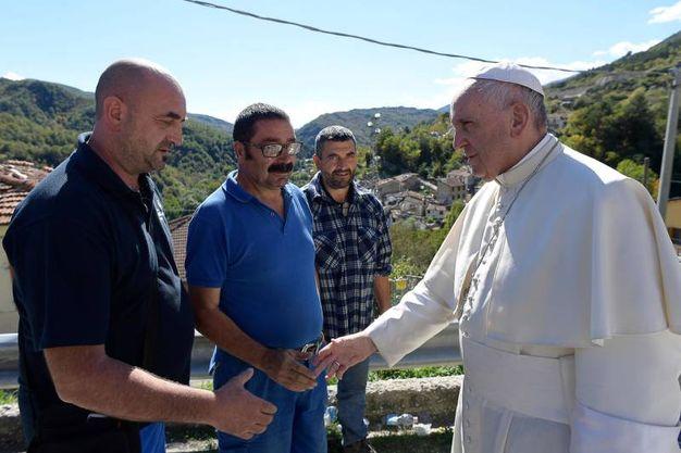 Terremoto, Papa Francesco incontra alcuni residenti di Pescara del Tronto (foto LaPresse)