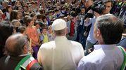 Terremoto, Papa Francesco nella scuola-tendopoli ad Arquata in mezzo ai bambini (foto LaPresse)