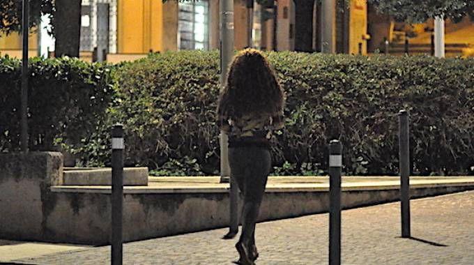 Una prostituta  in attesa di clienti su Corso Carlo Alberto