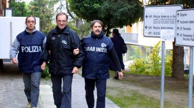 Costante Alessandri mentre viene scortato dalle forze dell'ordine (foto Ravaglia)