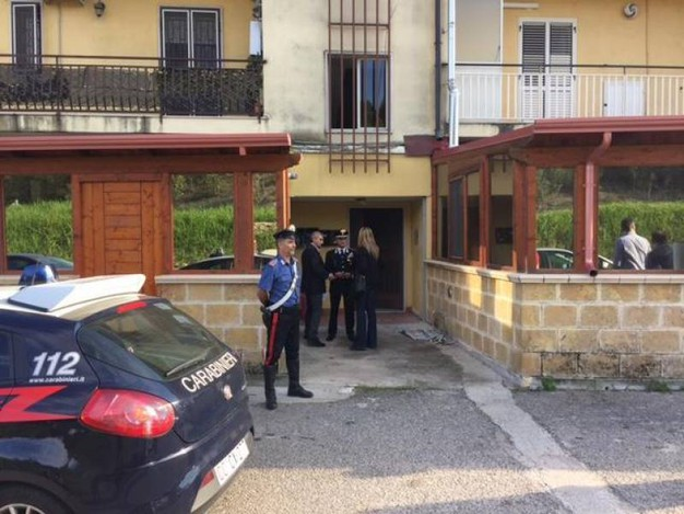 Crotone, i carabinieri all'esterno dell'appartamento dove è stata uccisa Giovanna Salerno (Ansa)