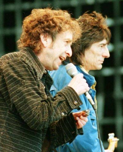 Insieme a Ronnie Wood nel 1997 (Ansa)