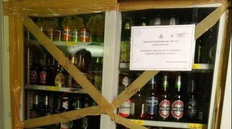 Le bottiglie sequestrate in centro a Pisa