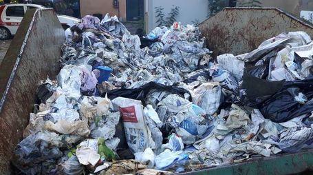 Lo scarrabile del Comune di Buti pieno di rifiuti abbandonati dal bientinese