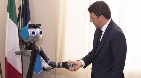 Matteo Renzi con un robot alla Scuola Superiore Sant'Anna di Pisa (Ansa)