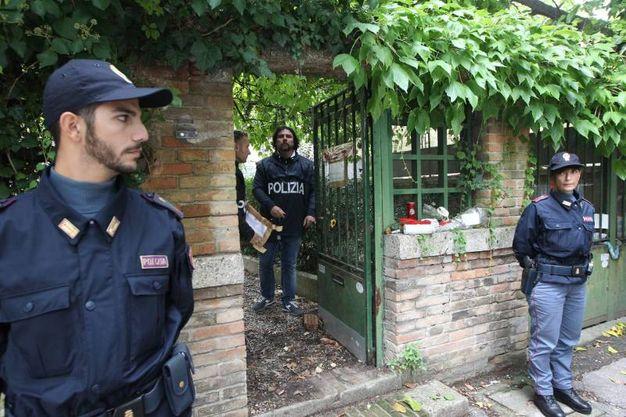 La polizia scientifica davanti alla villa di Cagnoni (foto Zani)