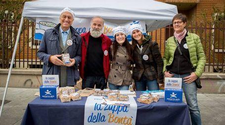 Il banchetto dei volontari della Zuppa della Bontà, organizzato da  Progetto Arca