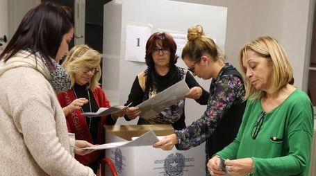 Le operazioni di voto in uno dei tre comuni della Vallata