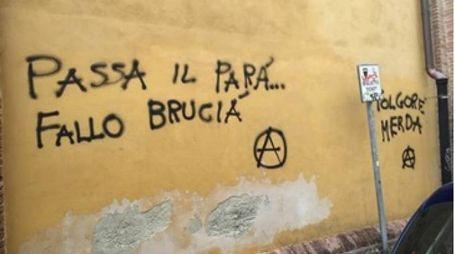 Le scritte sui muri in via Santa Caterina