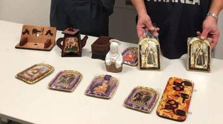 Gli oggetti d'artigianato sequestrati