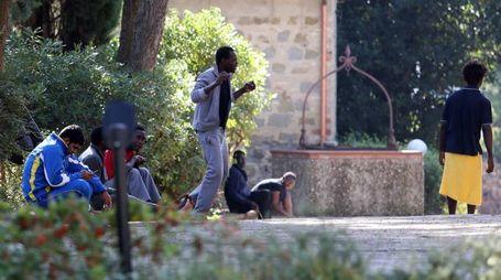 Alcuni richiedenti asilo nella piazza di Collestrada
