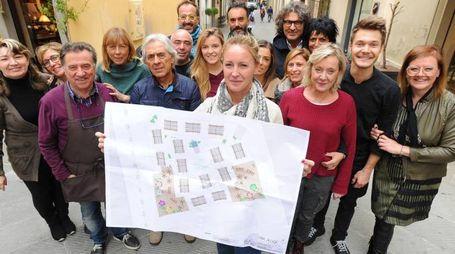 GEMELLAGGIO I commercianti delle due strade, via Madonna del Prato e San Giovanni Decollato, con in mano il progetto comune