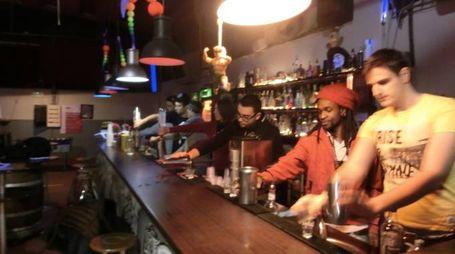 Aspiranti barman dietro al bancone