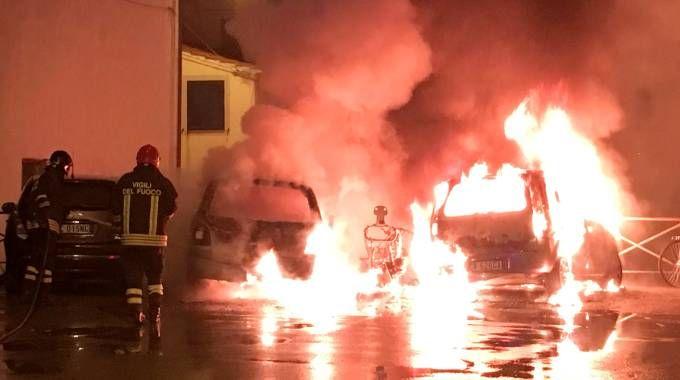 I mezzi in fiamme (foto Acerboni/FotoCastellani)