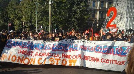 Corteo studenti e sindacati a Milano contro il Governo (Facebook)