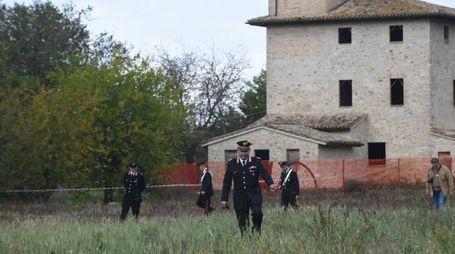 Carabinieri sul luogo del ritrovamento del corpo