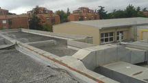 La copertura della scuola dalla quale sono stati portati via le lattoniere in rame