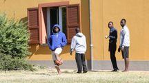 Alcuni ragazzi africani in una struttura a Macerone