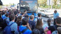 Studenti in attesa davanti alla stazione. Una scena che si ripete quasi ogni giorno e che causa gravi disagi