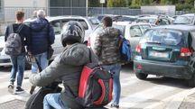 Traffico all'uscita da scuola a Cesena (foto Ravaglia)