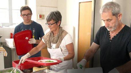 Volontari al lavoro in una mensa dei poveri (foto d'archivio)