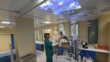 Un cielo proiettato sul soffitto della nuova terapia intensiva del Toniolo (foto Schicchi)