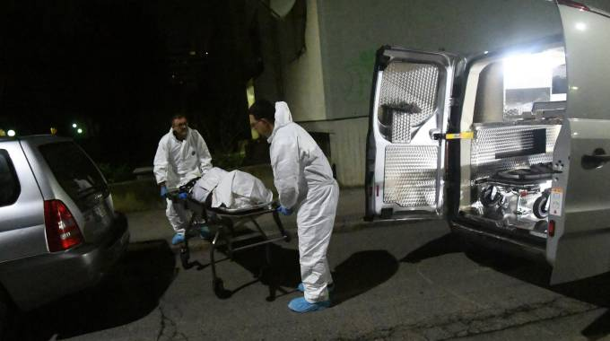 I necrofori portano via il corpo di Patrizia Gallo, uccisa dal figlio (foto Schicchi)