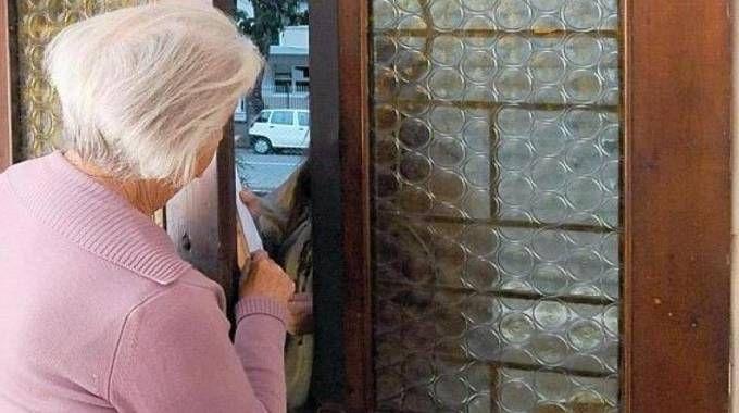 Un'anziana sulla porta di casa (foto di repertorio Scardovi)
