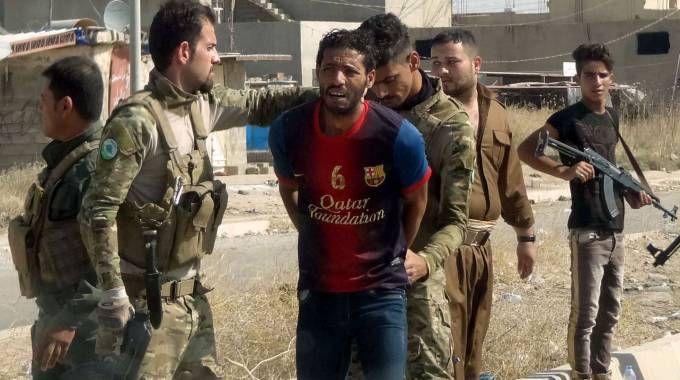 Iraq, l'arresto di un sospetto membro dell'Isis (Afp)