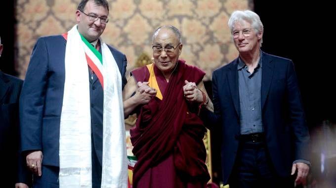 Il Dalai Lama tra Richard Gere e il sindaco di Rho Pietro Romano