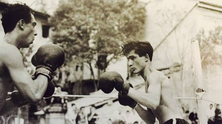 Un incontro di pugilato nel 1947 nel centro urbano di Castelfiorenino