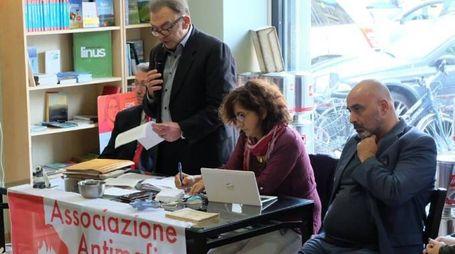 Mario Ciancarella ha ricostruito la sua vicenda personale in una conferenza stampa allestita nella sua libreria a Lucca