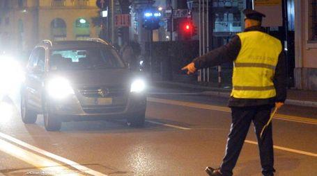 Controlli della polizia locale in via Sacco