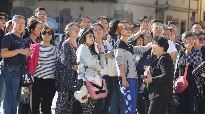Un gruppo di turisti davanti alla facciata della basilica di Santa Croce