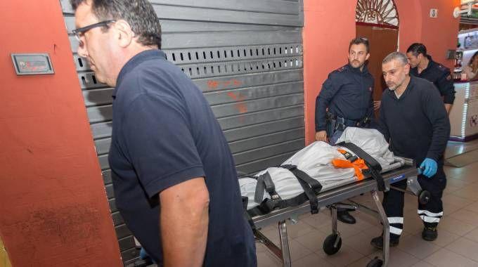 Il cadavere della trentunenne padovana portato via dai necrofori
