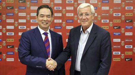Marcello Lippi col presidente della Chinese Football Association, Cai Zhenhua (Ansa)