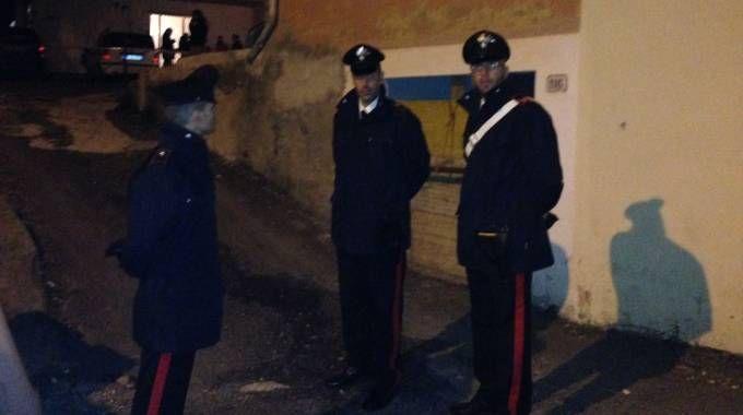 I carabinieri di fronte alla casa della tragedia (Sarah Esposito / Germogli)