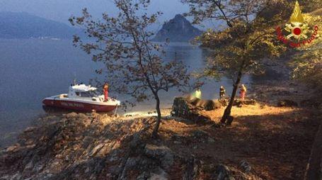 I vigili del fuoco impegnati  nelle operazioni  di ricerca del sub annegato