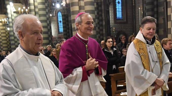 L'arcivescovo Zuppi tra padre Zella, a destra,  e padre Di Maria,  a sinistra