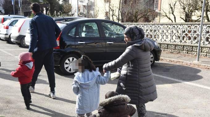 Genitori e bimbi verso l'asilo (archivio Fotofiocchi)