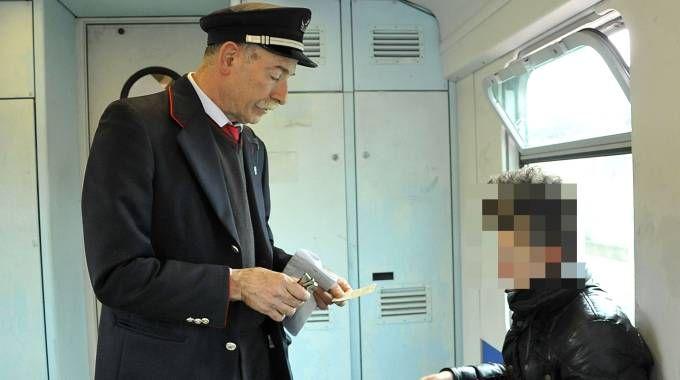 Controllore sul treno (foto Germogli)