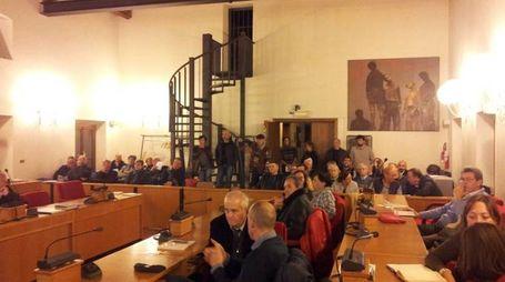 Un'assemblea nella sala consiliare di San Giuliano Terme