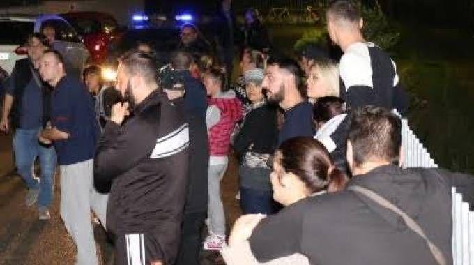 Manifestanti sotto casa del giovane