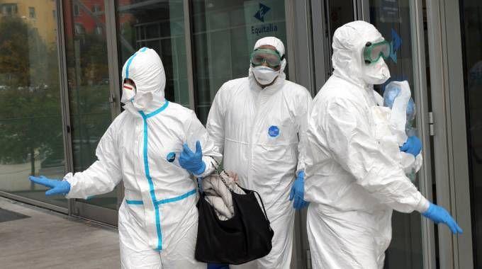 Busta con polvere sospetta ad Equitalia, le operazioni di bonifica (foto Schicchi)