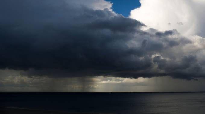 Previsioni meteo, in arrivo piogge, temporali e mareggiate (Olycom)