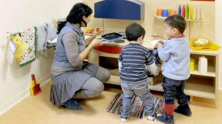 Bambini in un asilo nido con educatrice