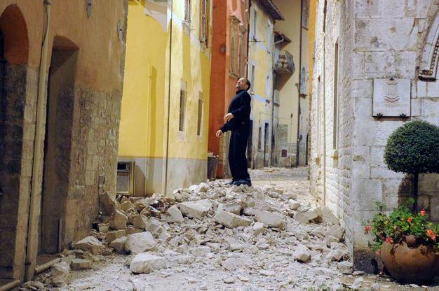 Terremoto, calcinacci in una strada di Visso, nel Maceratese (Foto Calavita)